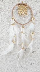 Attrape-Rêves Beige Pumes Blanches Perles Bois & Os - Dreamcatcher